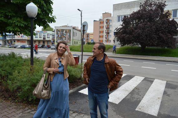 2 osoby przy ulicy na tle samochodów