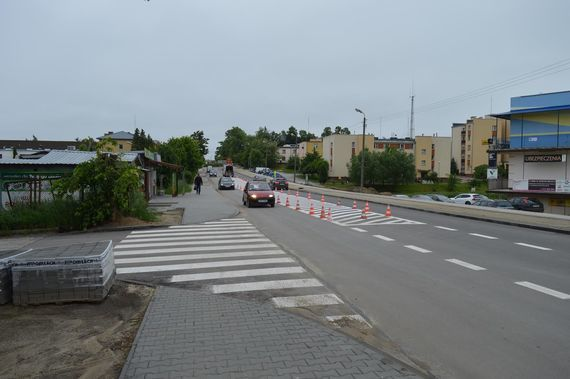 Nadjeżdżające samochody przy przejściu dla pieszych