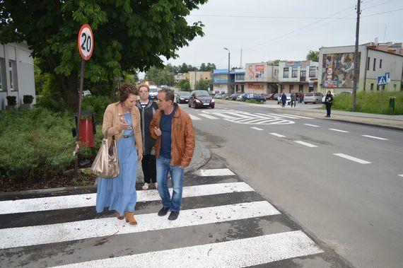 Grupa osób na przejściu dla pieszych