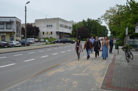 Grupa osób idąca po nowym chodniku