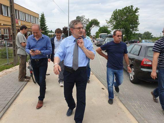 Grupa osób idąca po chodniku