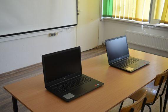 2 laptopy na biurku
