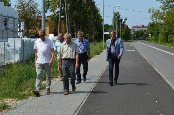 Grupa osób idących po chodniku