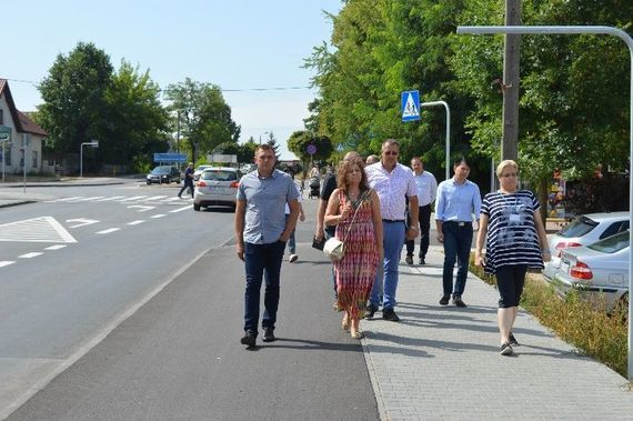 Grupa ludzi idących po chodniku