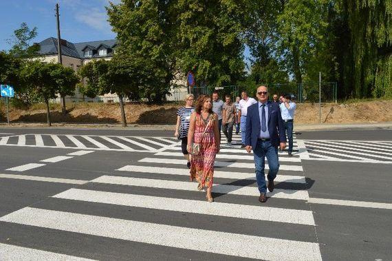 Grupa ludzi przechodzących przez przejście dla pieszych