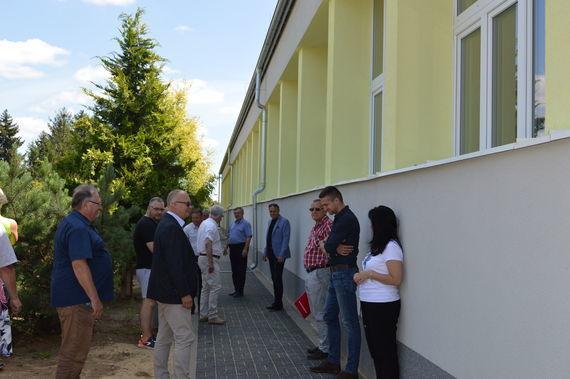 Grupa ludzi przy nowym budynku