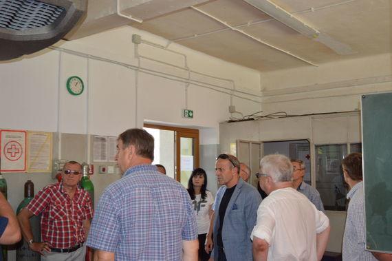 Grupa ludzi zwiedzających nowe pomieszczenie