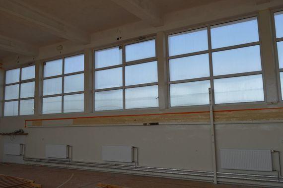 Okna hali sportowej