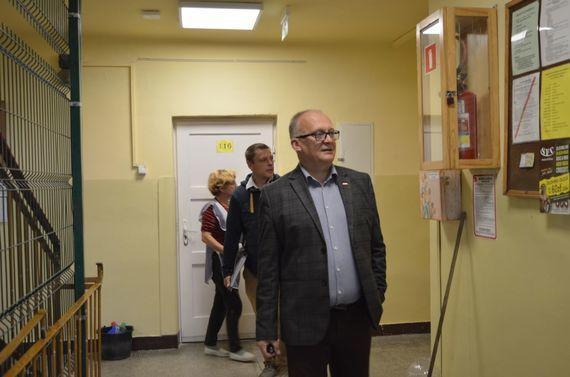 3 osoby w budynku pomocy społecznej
