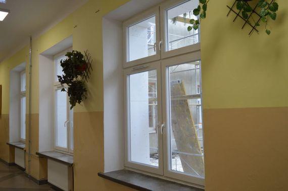 Okna na korytarzu