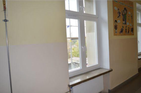 Rura przy ścianie obok okna
