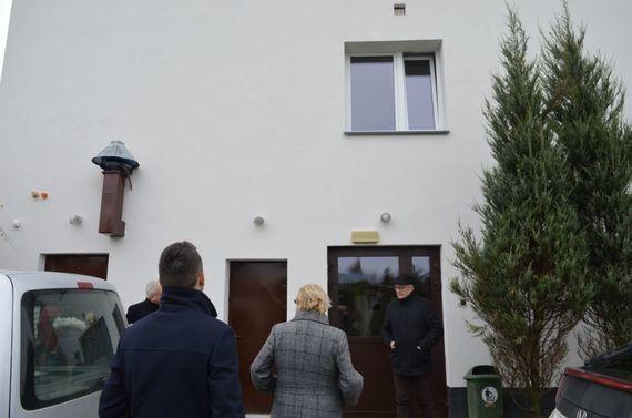 Ludzie przy budynku domu pomocy społecznej
