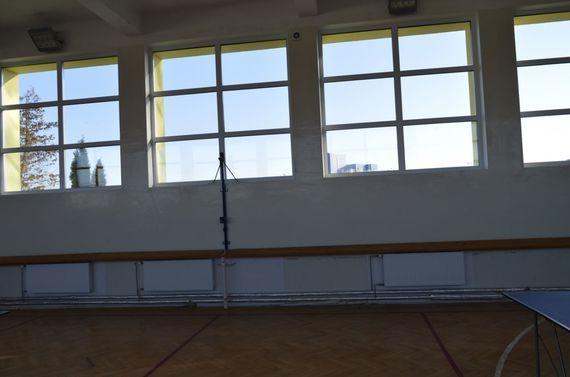 Okna i grzejniki hali sportowej