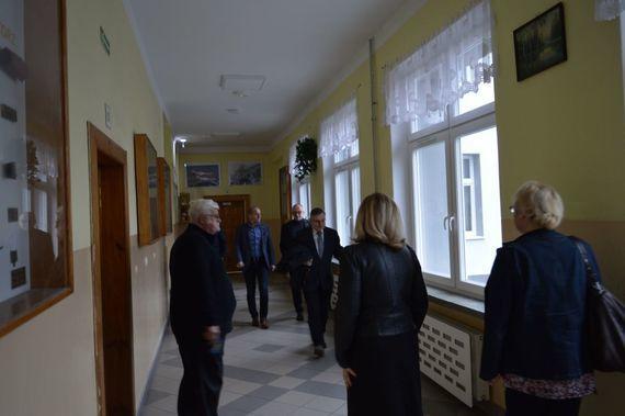 Grupa ludzi na korytarzu