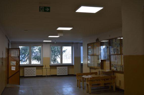 Oświetlony korytarz i znak bezpieczeństwa