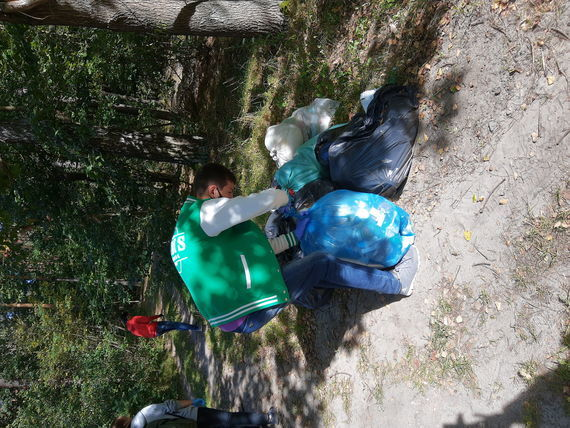 Dzieci z workami podczas sprzątania świata