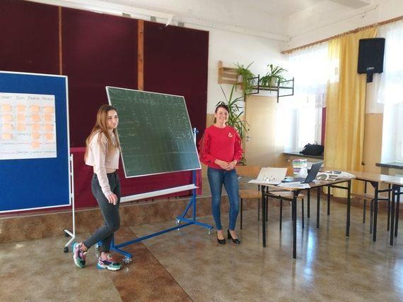 Dwie osoby przy tablicy wyników