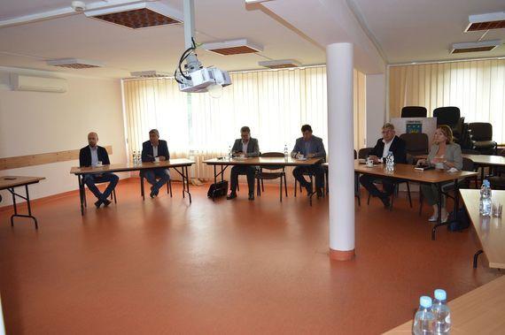 uczestnicy spotkania przy stołach