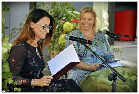 Zdjęcie dwóch kobiet czytających
