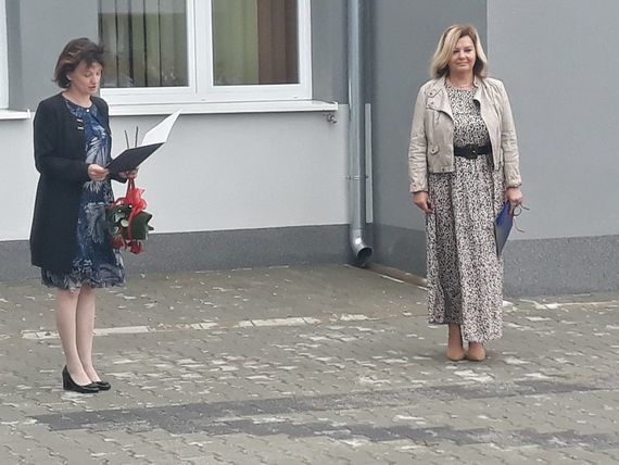 Rozpoczęcie Roku w Zespole Szkół Zawodowych zdjęcie nauczycieli przed budynkiem szkoły