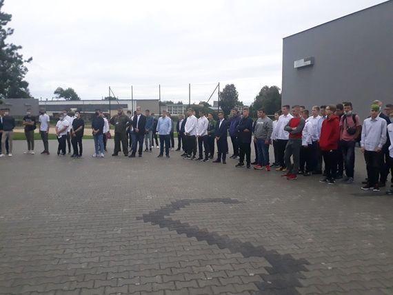 Rozpoczęcie Roku w Zespole Szkół Zawodowych zdjęcie uczniów przed budynkiem szkoły