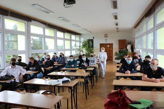 Rozpoczęcie Roku w Zespole Szkół Zawodowych zdjęcie uczniów w klasie