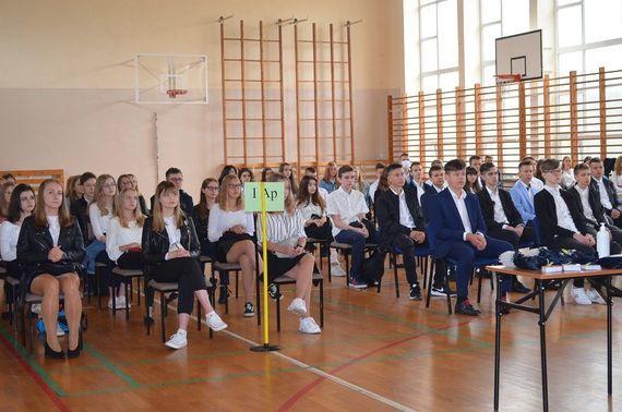 Na zdjęciu uczniowie na sali gimnastycznej podczas rozpoczęcia roku