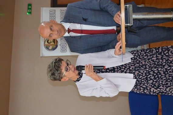 Rozpoczęcie roku - dwie osoby na zdjęciu jedna z mikrofonem