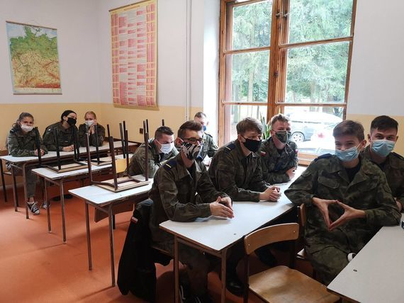 Osoby w sali szkolnej rozpoczęcie roku szkolnego