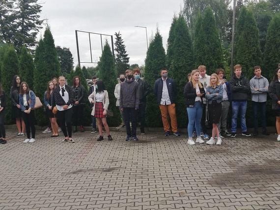 Osoby przed budynkiem rozpiczęcie roku