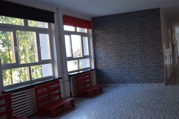 Czerwone ławki wykonane z palet