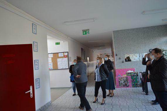 Zdjęcie osób zwiedzających budynek