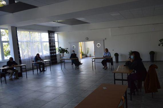 Zdjęcie osób siedzących w pomieszczeniu