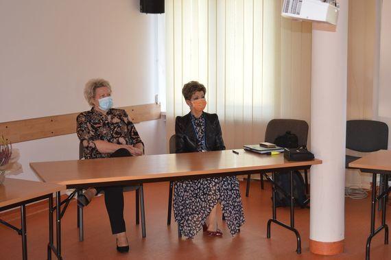 Dwie kobiety siedzące za stołem