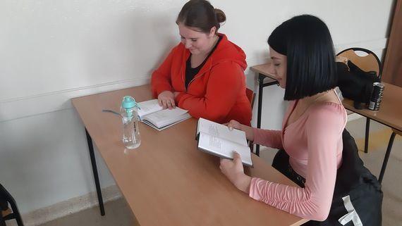 Zdjęcie osoby czytającej