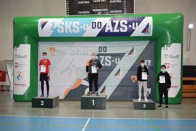 Uczestnicy z medalami i dyplomami na podium