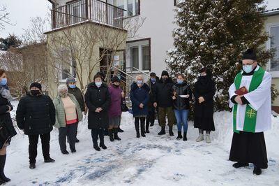 Grupa osób biorących udział w uroczystości
