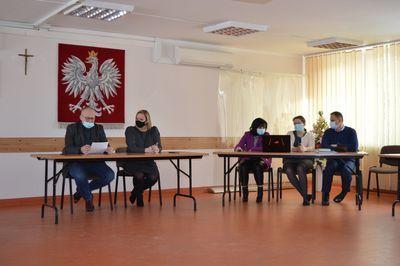 Osoby w ławkach uczestniczące w spotkaniu