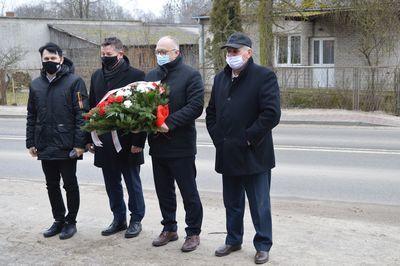 Starosta Rycki Dariusz Szczygielski wraz z przedstawicielami samorządu województwa lubelskiego, samorządu gminnego oraz reprezentantami Światowego Związku Żołnierzy Armii Krajowej koło w Rykach w trakcie składania kwiatów