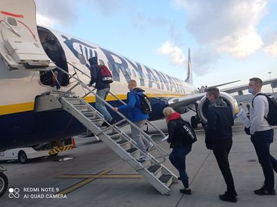 Uczniowie wsiadają do samolotu