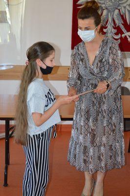 Uczestnik konkursu odbiera nagrodę