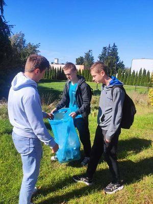 """Uczniowie ZSZ nr 2 w Dęblinie włączyli się w akcję """"Sprzątanie świata"""""""
