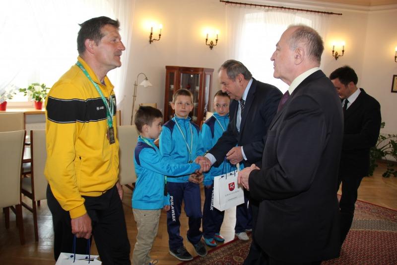"""Sukces """"Puławiaka"""" w Finale Wojewódzkim - trener i zawodnicy z wizytą u Starosty"""