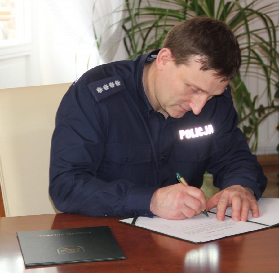 Przekazanie maskotek puławskiej Policji z przeznaczeniem dla poszkodowanych dzieci