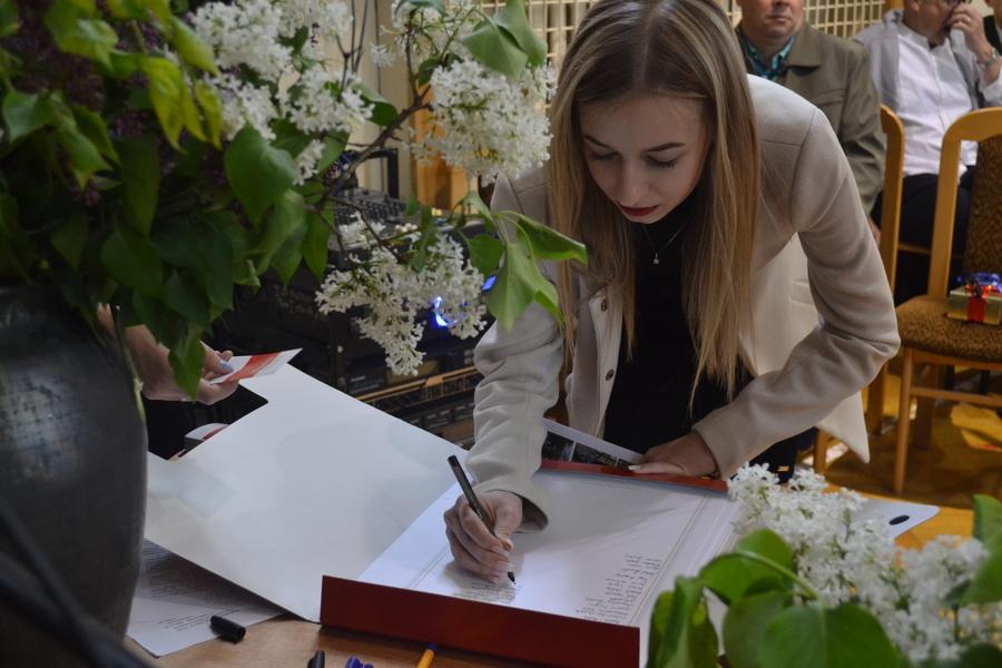 <p>Maturzyści I Liceum Ogólnokształcącego im. A.J. ks. Czartoryskiego w Puławach zbierają Podpisy dla Niepodległej.</p>