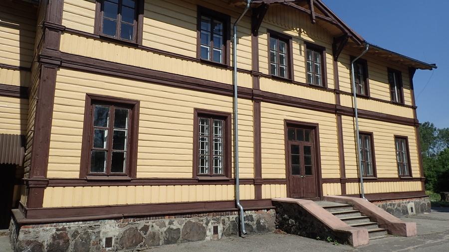<p>Dawny Dworzec kolejowy w Gołębiu</p>
