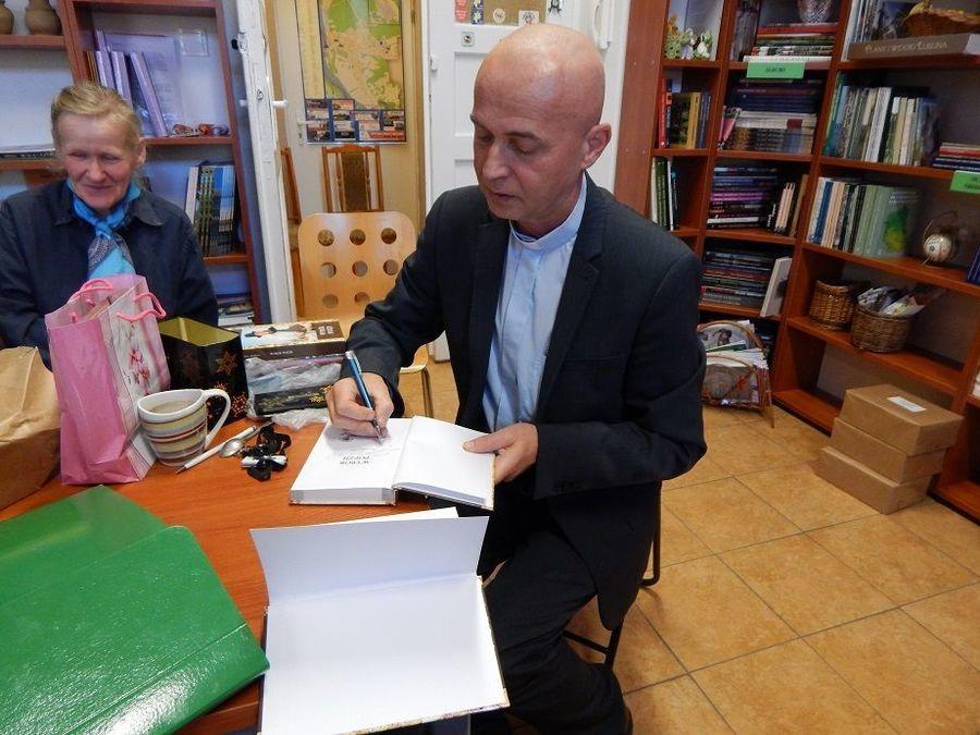 """""""Autoportret z Ojczyzną"""" – spotkanie z poezją ks. Wojciecha Zasady"""