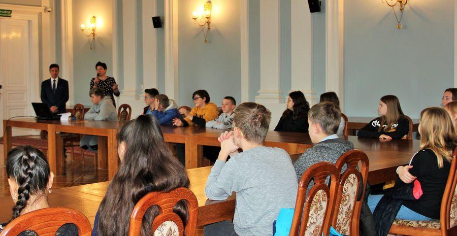 Uczniowie ze Szkoły Podstawowej nr 4 w Puławach na lekcji w starostwie
