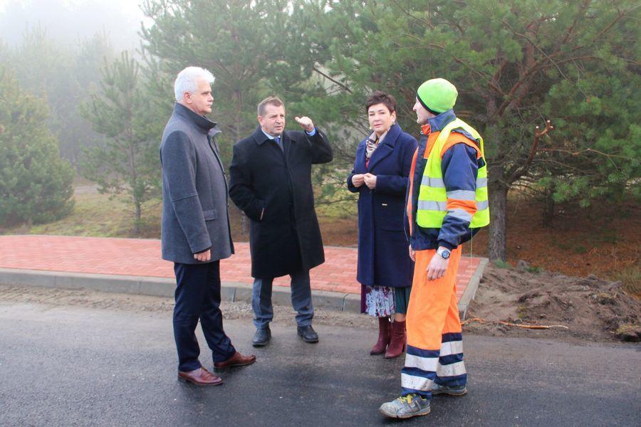 Władze samorządowe powiatu puławskiego z roboczą wizytą na drodze powiatowej nr 1437L Niebrzegów - DW 845
