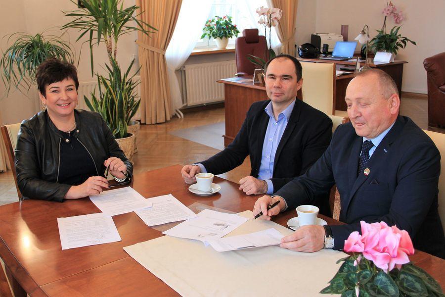 Starosta Danuta Smaga, prezes PPNT Tomasz Szymajda oraz dyrektor ZS nr 2 Krzysztof Szabelski